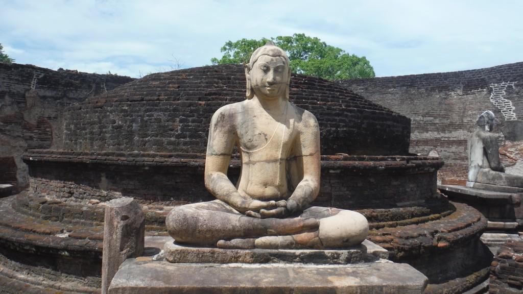Dambulla'da bulunan açık hava tapınaklarında sadece çıplak ayakla gezebiliyorsunuz. Kumlar biraz sıcak oluyor benden söylemesi.