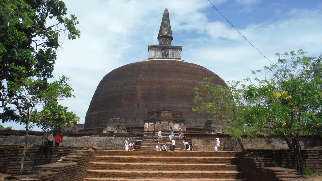 Tepesinin aydınlanmaya götürdüğüne inanılan ve içinde meditasyon yapılan Stupa adındaki dev yapılara sıkça rastlıyorsunuz.