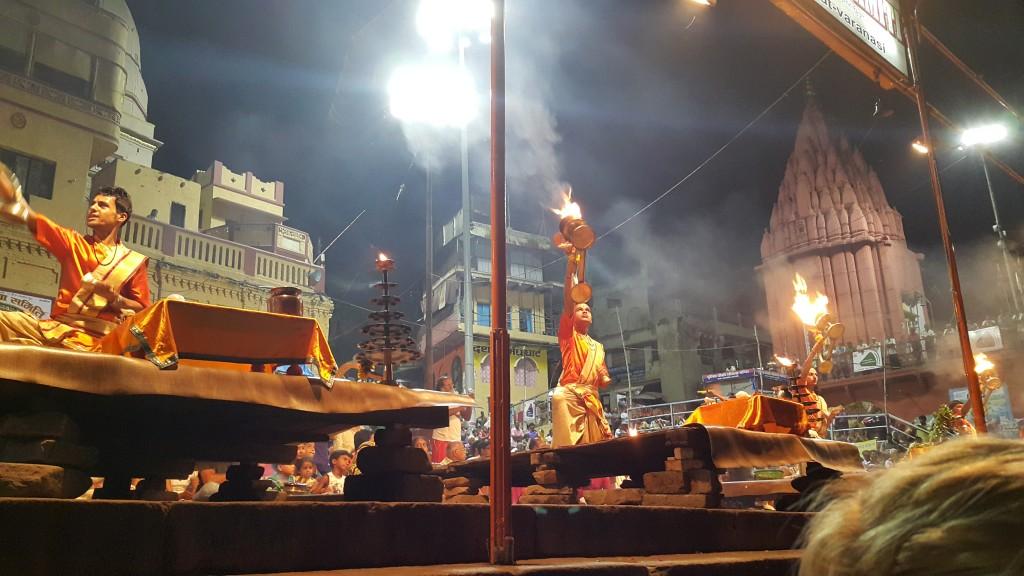 Her gün batımında yapılan Aarti törenlerinden birine mutlaka katılın.