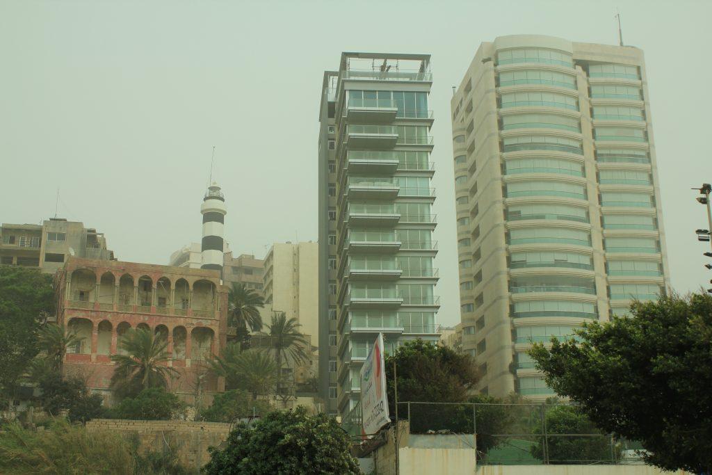Bazı yerlerde, aynı kare içerisinde Beyrut'un binalarının nasıl bir yapıya dönüştüğünü görülebiliyor.