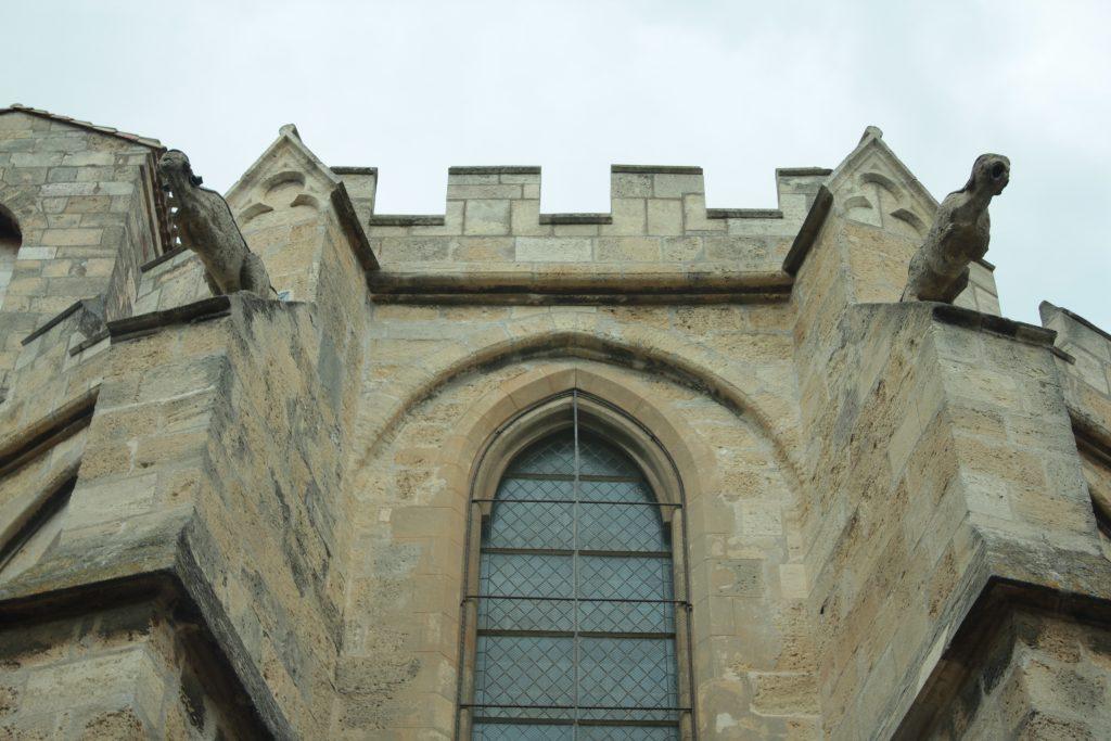 Eğer bir kilisede ince oymalar, işlemeler, sivri tepeler ve damarları yere kadar inen tavanlar ve rengarenk vitraylar görüyorsanız, Gotik Mimari ile yapılmış bir kiliseye bakıyorsunuz demektir.