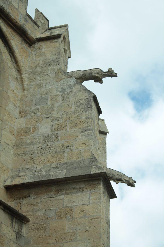 """Gotik mimari ile tasarlanan kiliselere baktığınızda duvarlardan dışarı doğru çıkan bu canavar benzeri şekilleri görürsünüz. Yağmur yağdığında ağzından dışarıya su akan bu heykelcikler """"Gargo"""" benzeri sesler çıkarırlar. Bu nedenle heykellere """"Gargoyle"""" ismi verilir."""