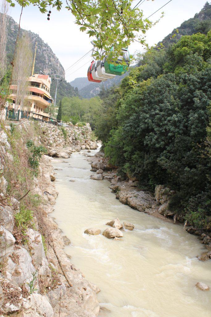 Damlataş mağarasına benzeyen Jeita Grotto'ya nehir üzerinden teleferiklerle de çıkabiliyorsunuz.