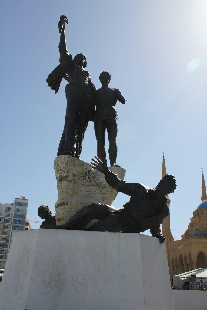 """Şehitler Anıtı:Özgürlük Meydanı, Beyrut'un merkezi olarak yeniden yapılandırılan bir bölge; burası iç savaş sırasında en kanlı çarpışmaların olduğu """"Yeşil Hat"""" diye bilinen sınır. O nedenle buraya """"Özgürlük Meydanı"""" adı verilmiş. Meydanda şehitler adına yapılmış bu anıt yer alıyor."""